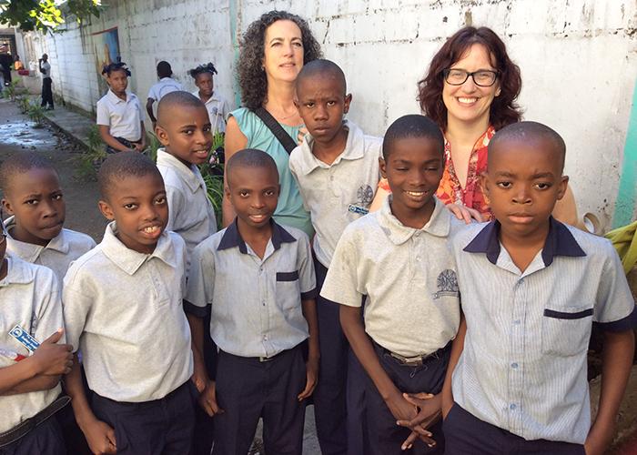Beverly Baker entourée de jeunes élèves Haïtiens