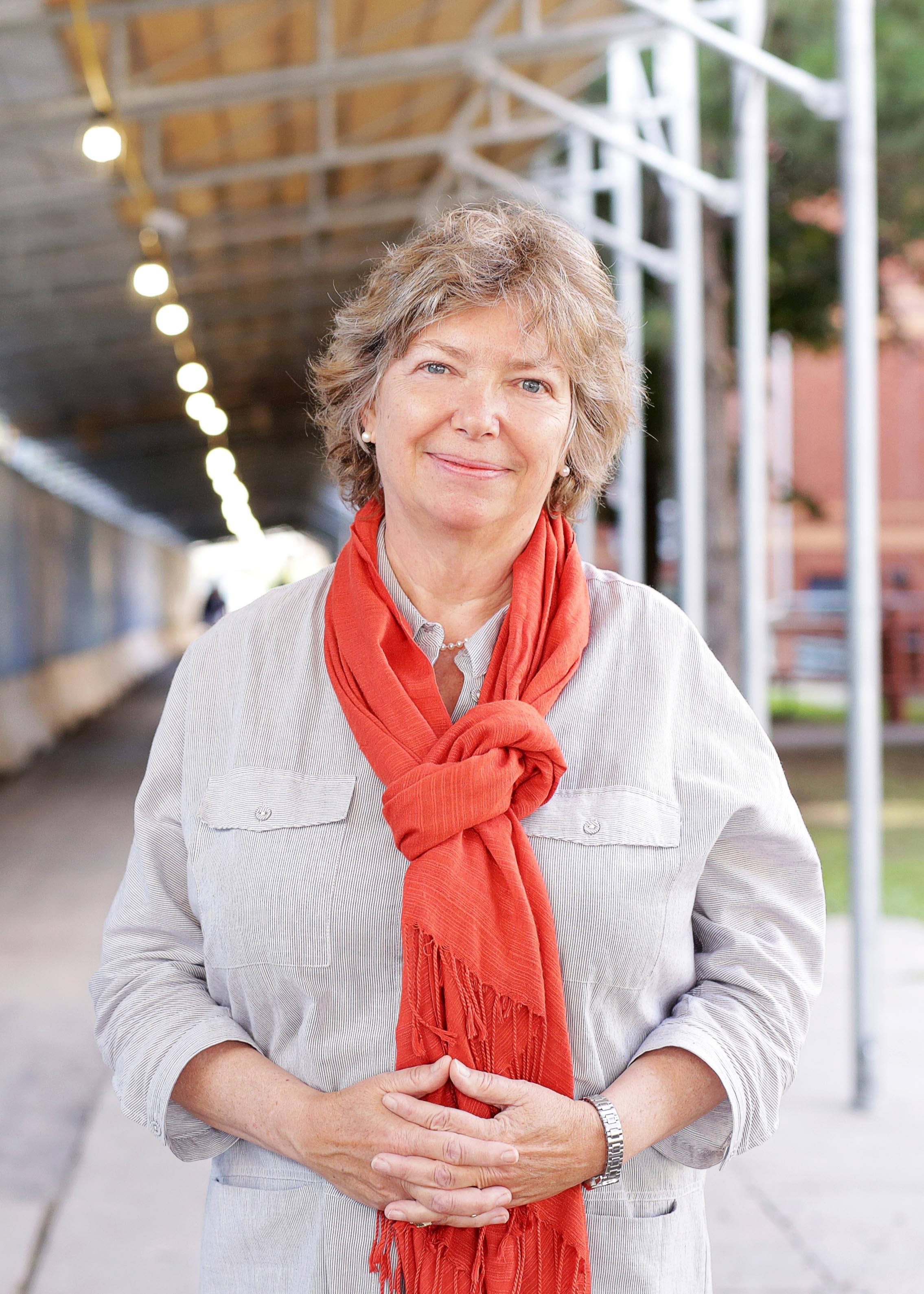 La professeure Katherine Lippel se tient debout devant une zone en construction