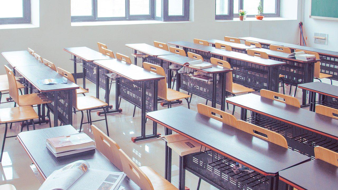 Une salle de classe remplie de chaises et de tables de travail