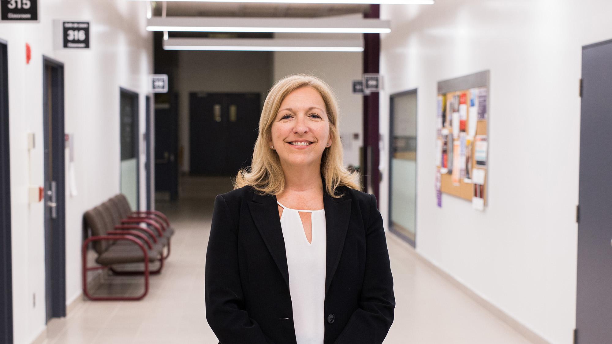 Michelle Giroux dans un couloir