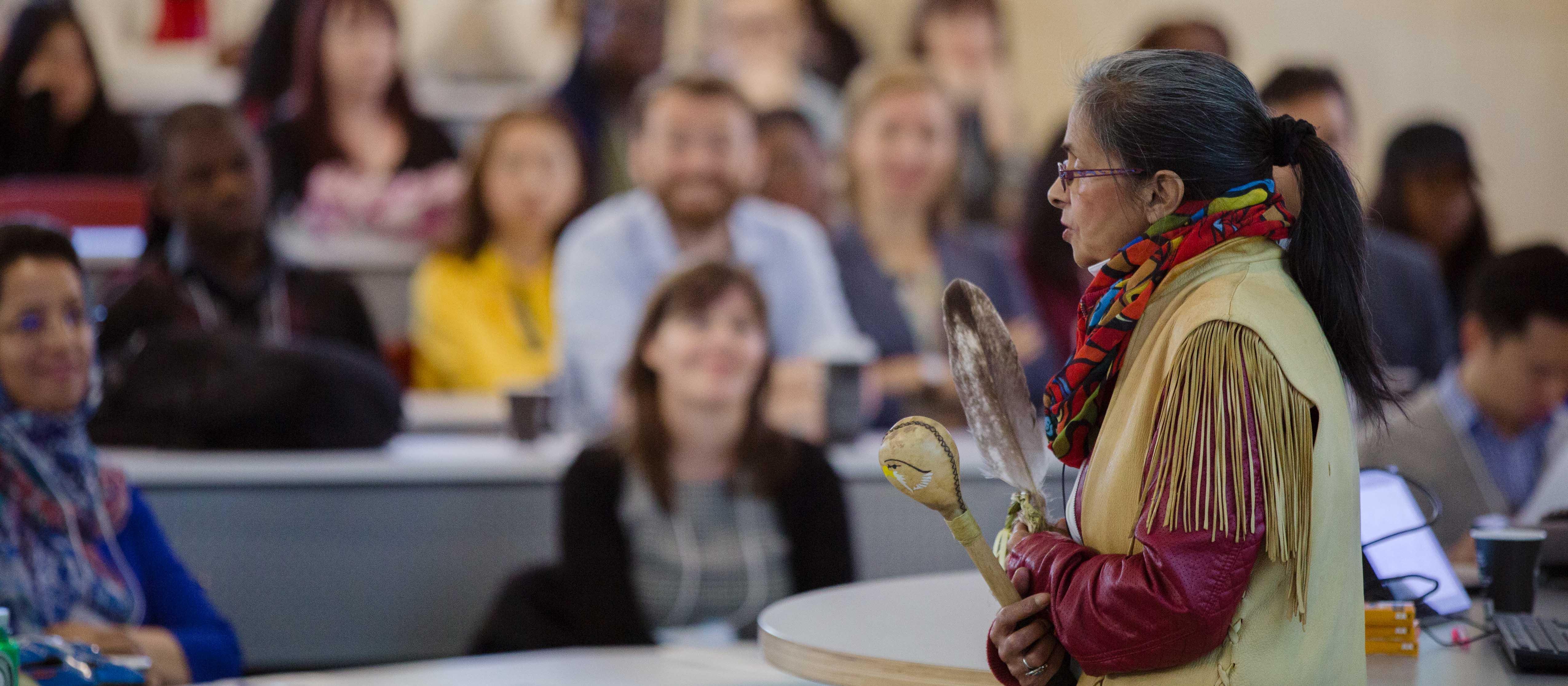Une femme autochtone qui parle devant une classe