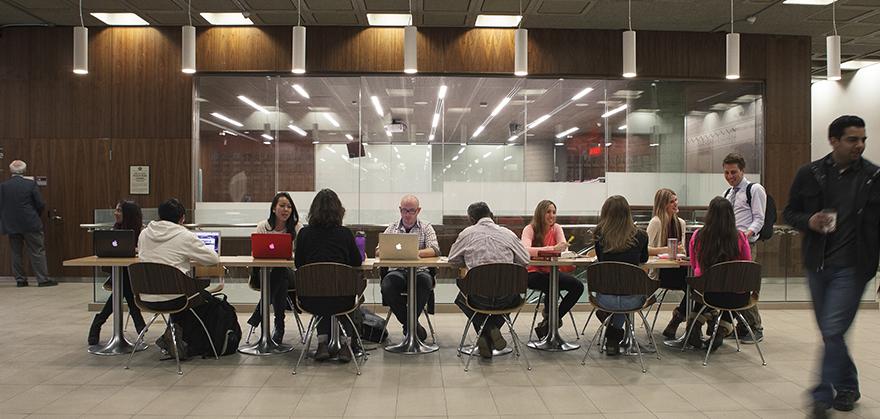 Groupe de personnes autour d'une table