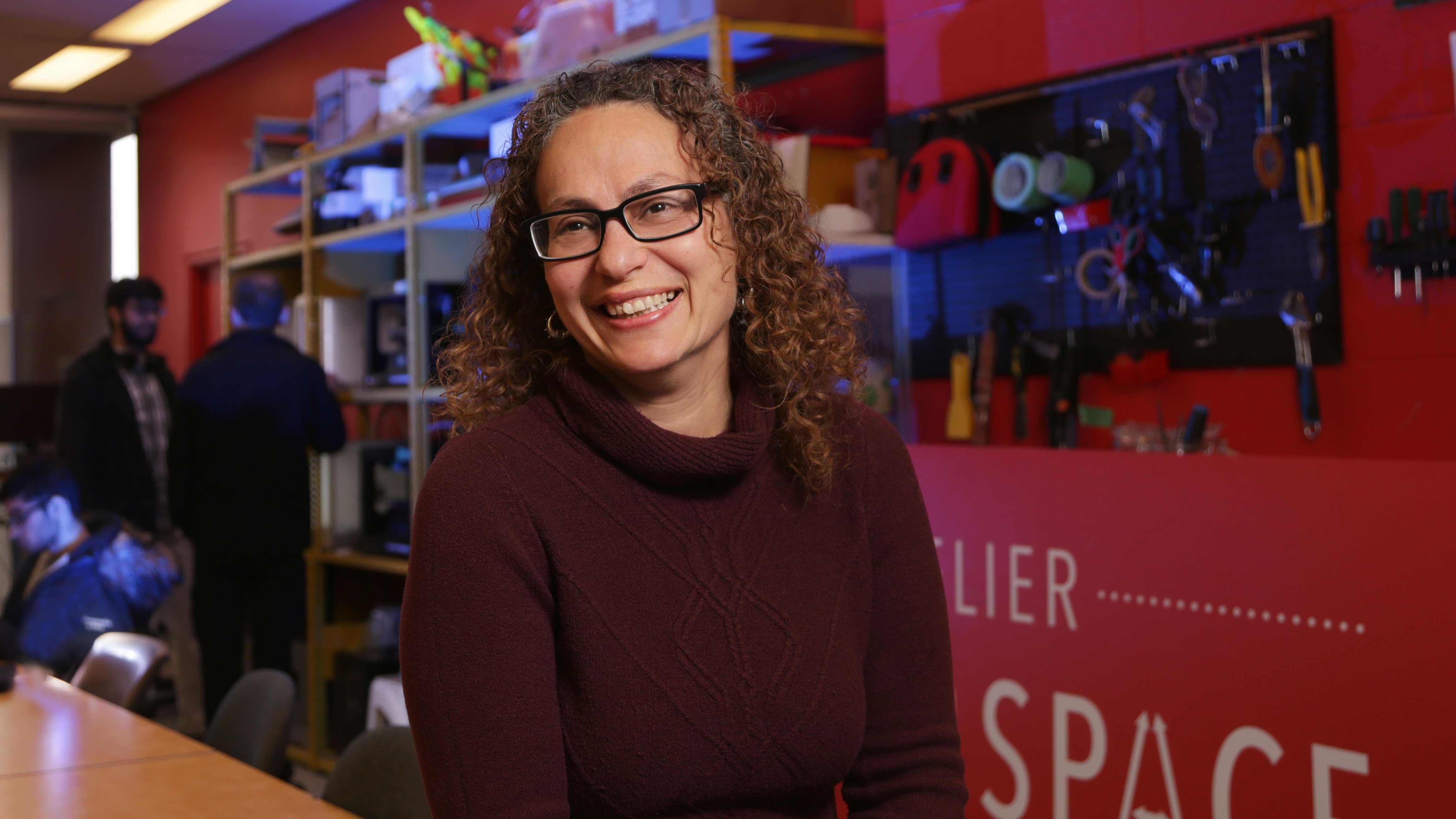 Hanan Anis sourit dans l'atelier Makerspace