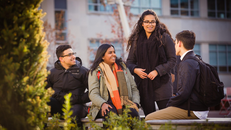 Un groupe d'étudiants-chercheurs diversifiés
