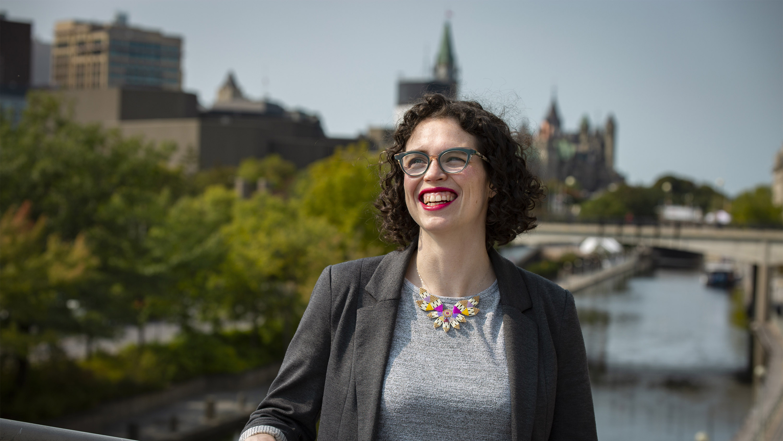 Elizabeth Dubois souriante devant le Parlement