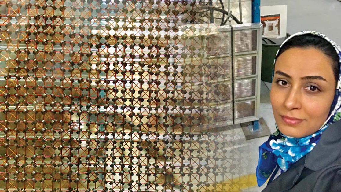 Une doctorante pose devant une mémoire à tores magnétiques