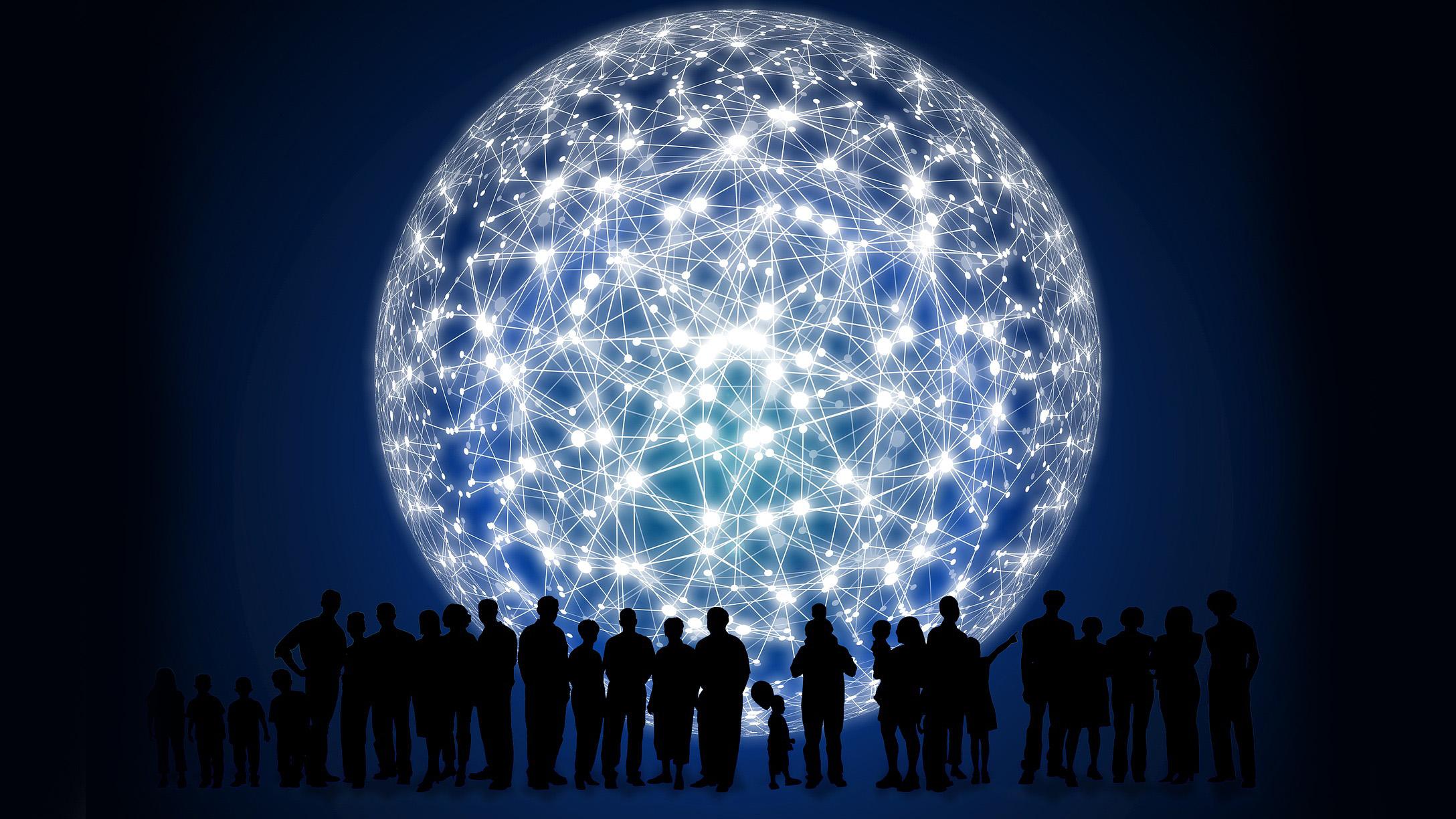 Une rangée de silhouettes humaines devant une géante sphère représentant des réseaux de connexions.