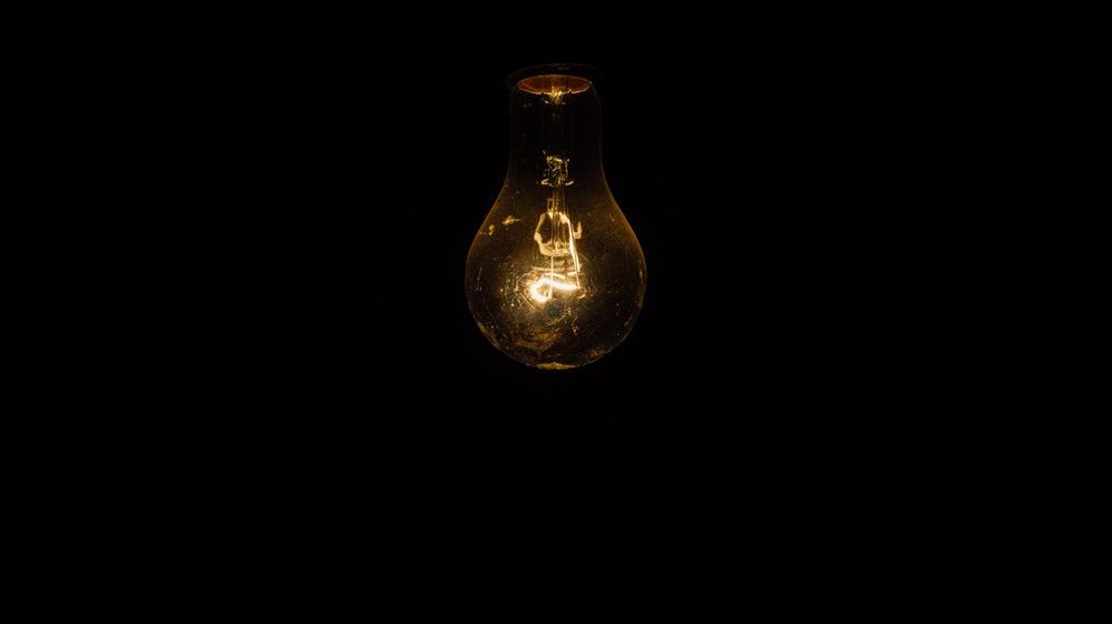 Une ampoule jaune sur un fond noir