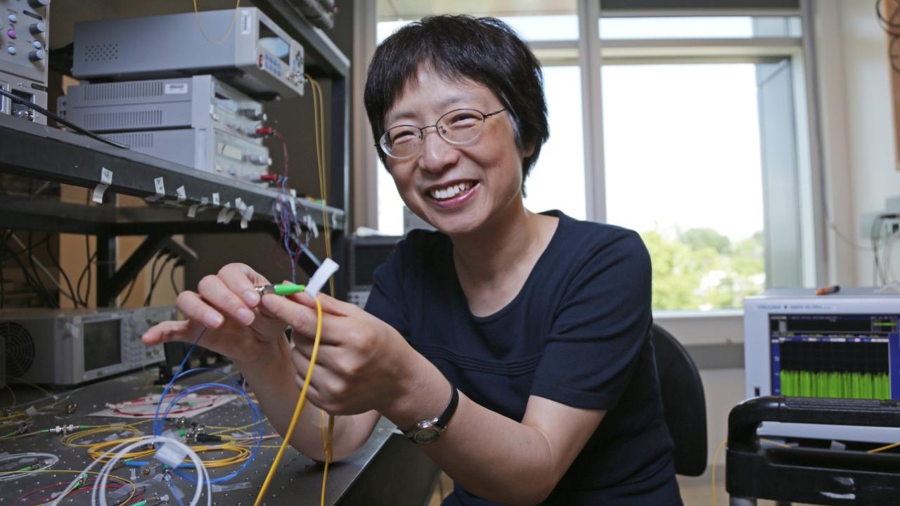 Xiaoyi Bao dans son laboratoire