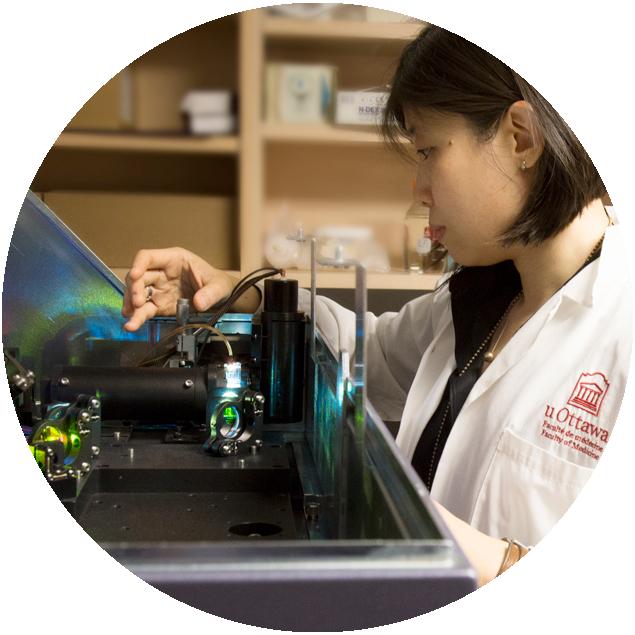 Une étudiante dans un laboratoire