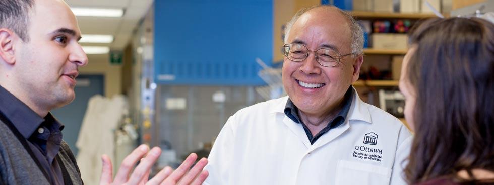 Professeur Zemin Yao qui parle avec deux personnes