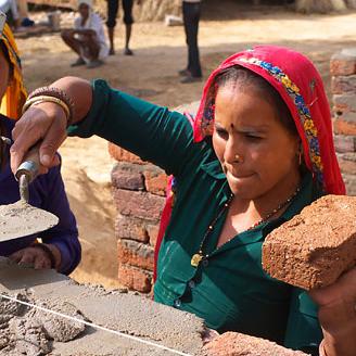 Femme qui construit un mur